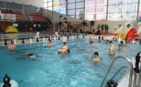 Rozpoczęcie mistrzostw - zawodnicy w basenie