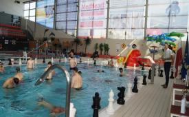 W basenie są zawodnicy i rozgrywają partie szachów.