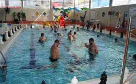 Zawodnicy w basenie rozgrywają partie.